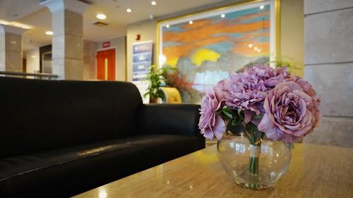 The lobby or reception area at Best Western Queens Court