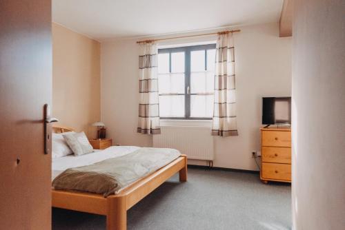 Ein Bett oder Betten in einem Zimmer der Unterkunft Červený Mlýn