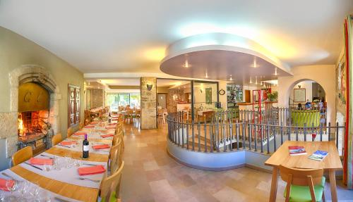 A restaurant or other place to eat at Auberge du Moulin