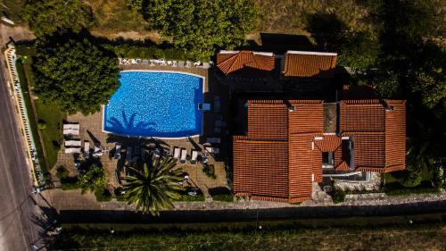 Θέα της πισίνας από το Πήγασος ή από εκεί κοντά