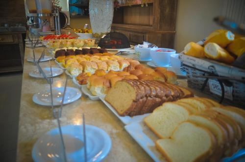 Breakfast options available to guests at Hotel Don Quijote Búzios