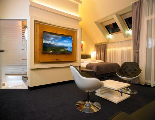 Telewizja i/lub zestaw kina domowego w obiekcie Aura Hotel