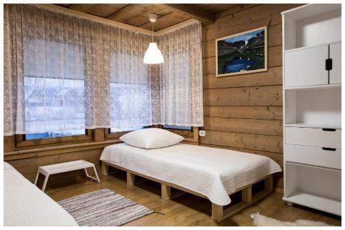 Łóżko lub łóżka w pokoju w obiekcie Apartamenty Góralski DACH NAD GŁOWĄ
