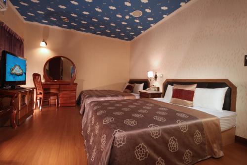 新悅汽車旅館房間的床