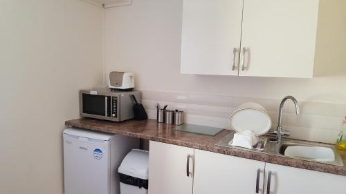 A kitchen or kitchenette at Edward Hotel
