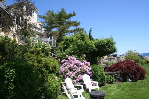 A garden outside A Boat to Sea Bed & Breakfast
