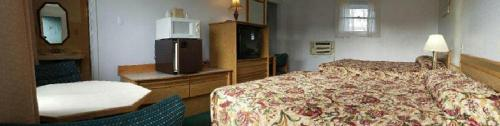 A bed or beds in a room at Oregon Trail Motel and Restaurant