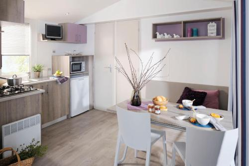 A kitchen or kitchenette at Camping Village Il Gineprino