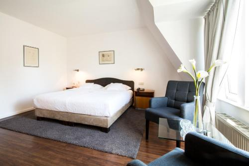 A bed or beds in a room at Gartenhotel Luisental