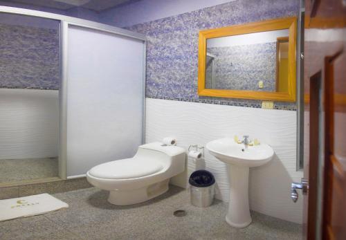 A bathroom at Copasu Hotel