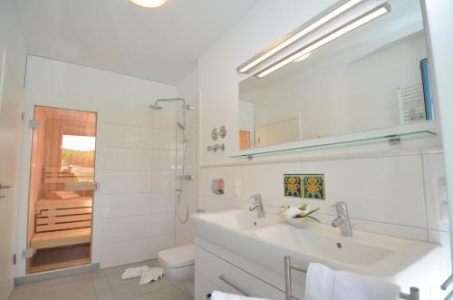A bathroom at Dat Dörphus - Apt. 02