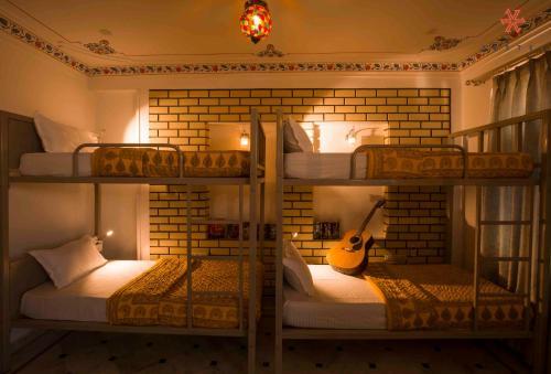 Un ou plusieurs lits superposés dans un hébergement de l'établissement Zostel Udaipur