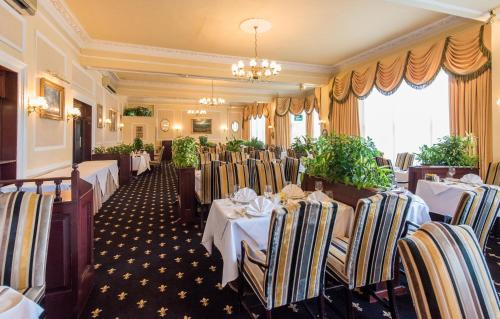A restaurant or other place to eat at The Imperial Hotel