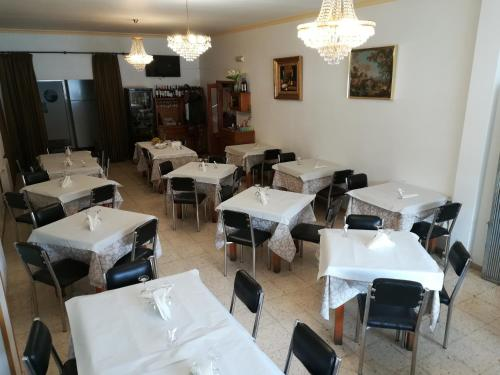 A restaurant or other place to eat at Hotel Conde