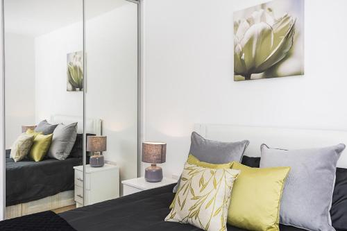 A bed or beds in a room at Gweal House Apartments