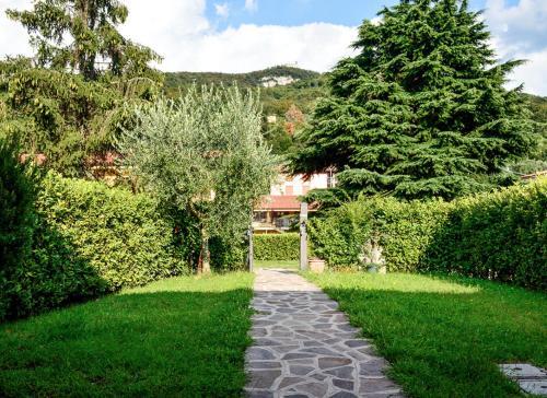 Ein Garten an der Unterkunft Appartamento Bella Isola