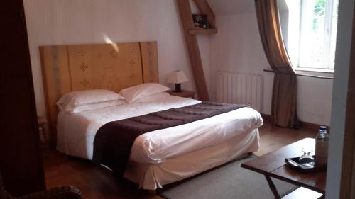 A bed or beds in a room at La Ferme Du Dizacre