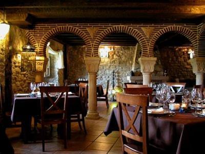 Un restaurante o sitio para comer en El Mirador de Almanzor