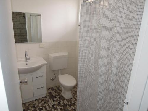 A bathroom at Jackaroo Apartments