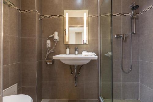 A bathroom at Urban Stay Villa Cicubo