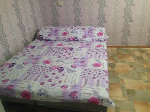 Säng eller sängar i ett rum på 1-квартира