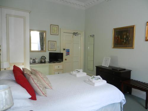 A bed or beds in a room at Brocks Guest House