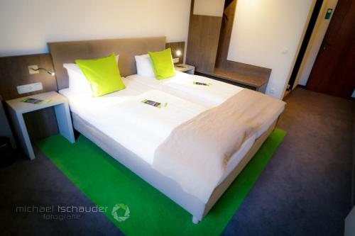 A bed or beds in a room at Hotel Gasthaus zur Linde