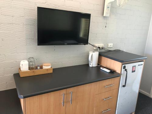 A television and/or entertainment center at Bateau Bay Hotel