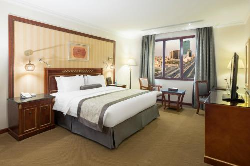 A bed or beds in a room at Konoz Al Yam Hotel Jeddah