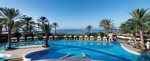 Бассейн в Constantinou Bros Athena Beach Hotel или поблизости