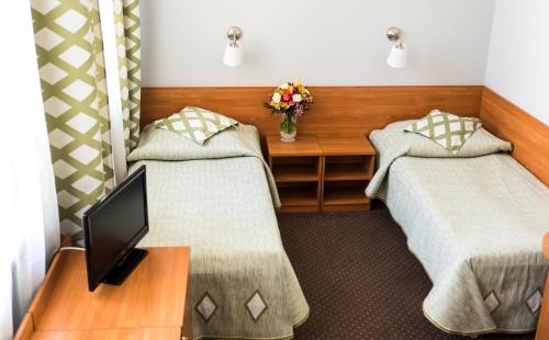 Łóżko lub łóżka w pokoju w obiekcie Amicus Żoliborz