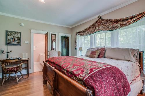 A bed or beds in a room at Daisy Hill Bed and Breakfast
