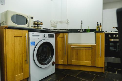 A kitchen or kitchenette at St John's Cottage – Simple2let Serviced Apartments
