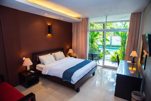 A bed or beds in a room at Eclipse Hotel Yogyakarta