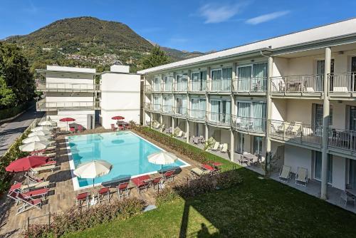 Uitzicht op het zwembad bij Hotel Vischi of in de buurt
