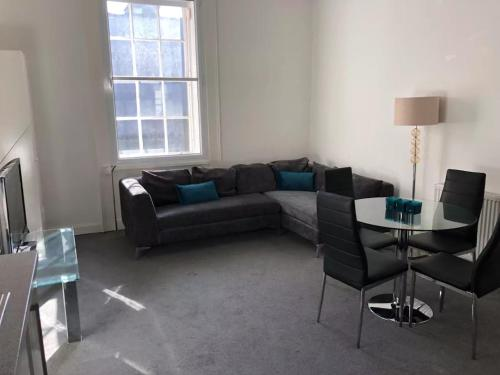 Central 3 Bedroom Flat Accommodates 6