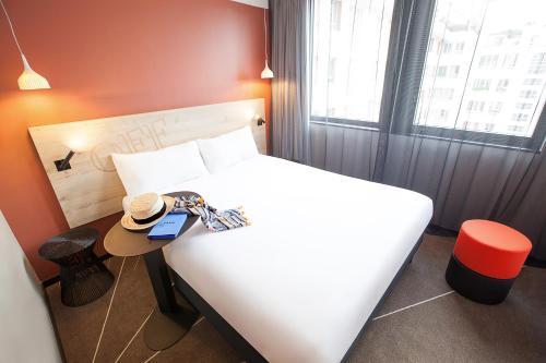 Un ou plusieurs lits dans un hébergement de l'établissement ibis Styles Paris 16 Boulogne