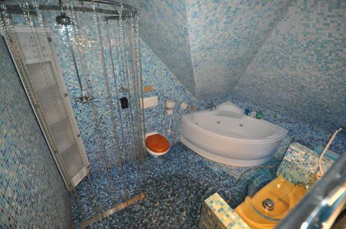 A bathroom at Hotel de Plataan Delft Centrum