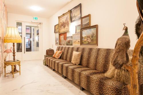 Een zitgedeelte bij 348 Suites Short-Stay