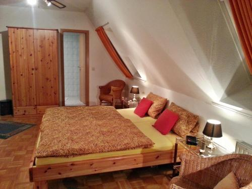 A bed or beds in a room at Gasthof Altes Farmhaus