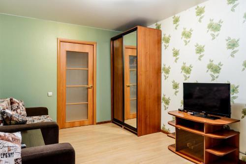 Телевизор и/или развлекательный центр в Apartment TwoPillows on Lomonosova 9