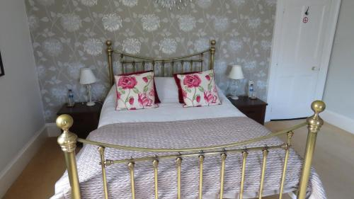 A bed or beds in a room at Hollybank Bed and Breakfast