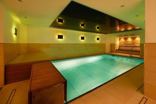 Der Swimmingpool an oder in der Nähe von Burg-Hotel
