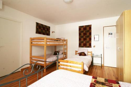 Een stapelbed of stapelbedden in een kamer bij Le Clos Auvergnat