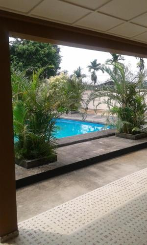 A view of the pool at Residence Japoma or nearby