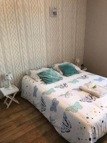A bed or beds in a room at Les Lilas Roses