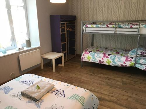A bunk bed or bunk beds in a room at Les Lilas Roses