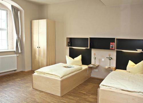 Ein Bett oder Betten in einem Zimmer der Unterkunft Augustinerkloster Gotha