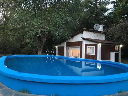 La pileta dentro o cerca de Chalet con piscina