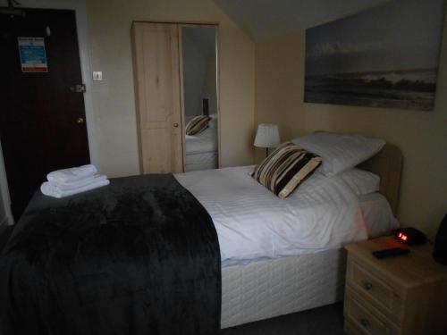 A bed or beds in a room at Rockville Hotel